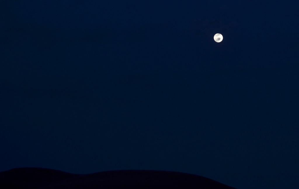 La silueta de les dunes perdura en la nit quan la lluna és plena