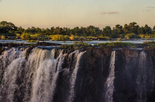 En aquesta imatge es pot veure com les calmades aigües es poden convertir en un infern en arribar a la vora de la cascada