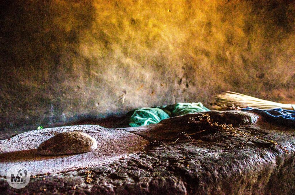 Zona de la cuina, on es mòl el sorgo per aconseguir-ne la farina