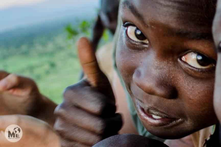 A tots els nens els encanta que els fem fotografies i després veure-les amb tots els amics del poblat entre riures i somriures