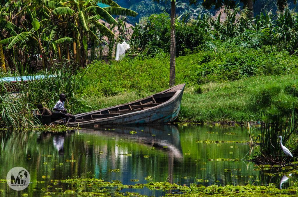 A la vora del riu, les barques mig enfonsades conviuen amb garses i nens que juguen
