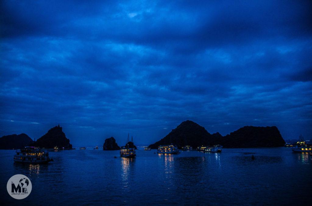 Quan cau la nit, les llumetes dels vaixells fondejats ajuden a fer que les vistes perdurin més estona