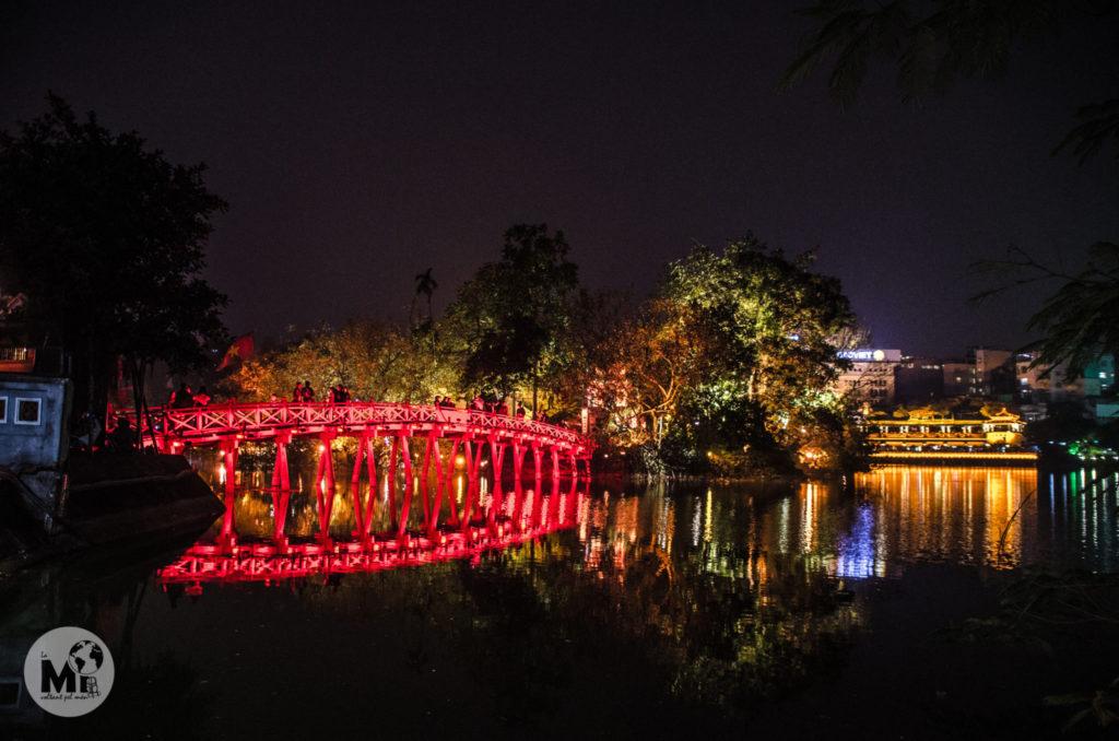 El pont il.luminat a la nit que dóna accés a la illa on està el temple de Ngoc Son és realment bonic