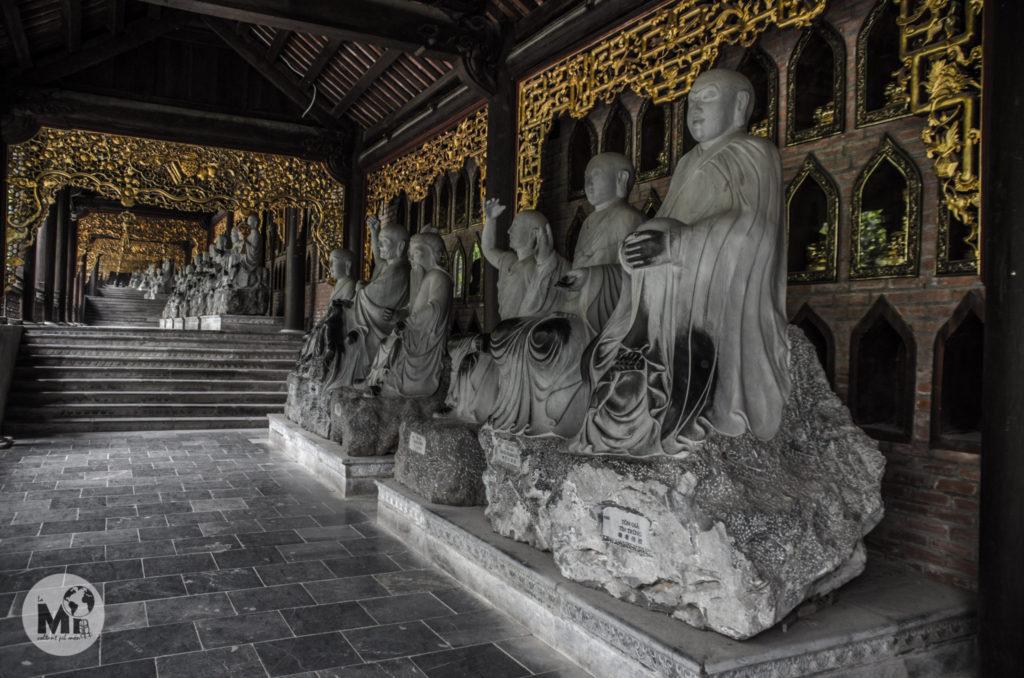 Cinc centes estàtues, totes elles amb cares i postures diferents franquegen el camí que porta cap al temple principal
