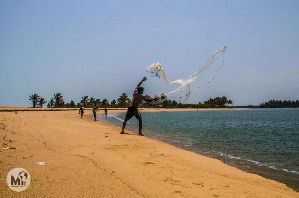 Pescador llançant la xarxa
