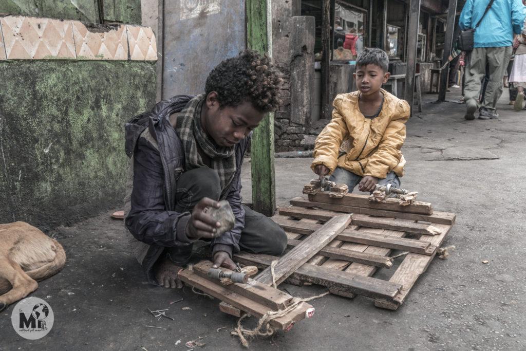 Els nens es fan les seves joguines amb el material que troben
