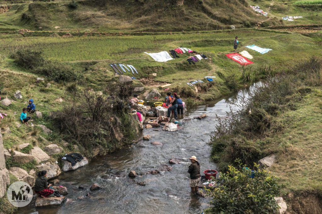 """El """"safareig"""" del poble és el tros de riu on netegen la roba. I aquesta imatge es repeteix per tot arreu!"""