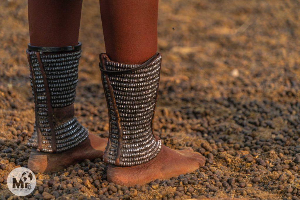 Detall dels guarniments als turmells d'una dona Himba