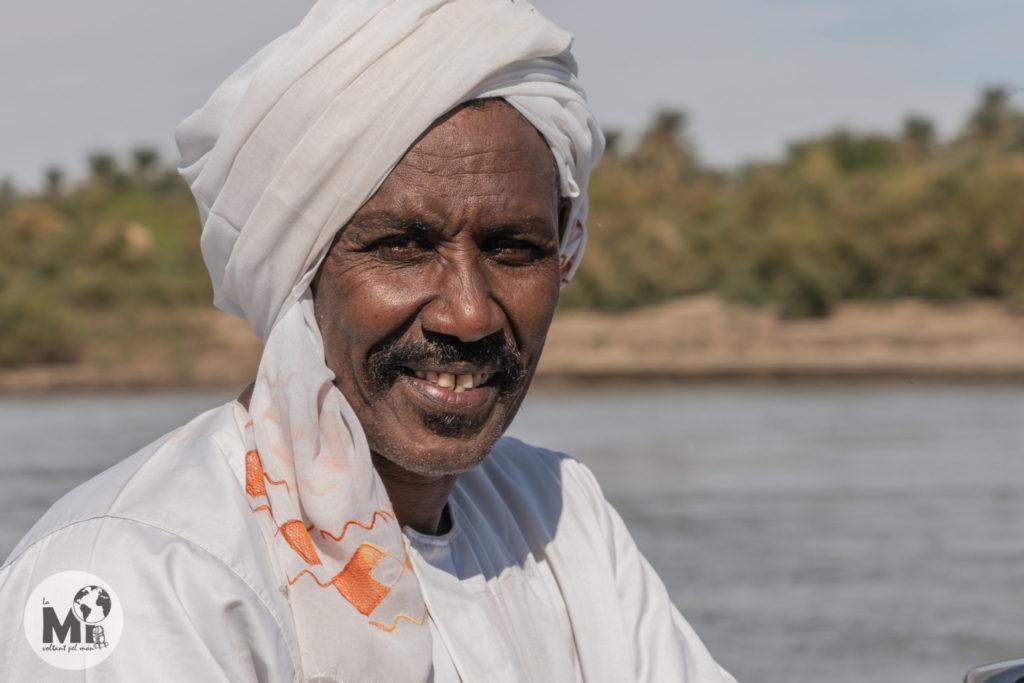 El nostre barquer ens creua amb la seva petita embarcació a l'altra banda del Nil per poder visitar les runes de Soleb