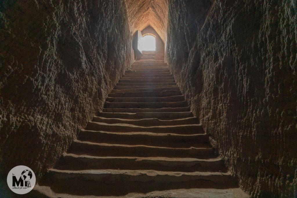 Escales d'accés a la tomba excavades en la roca